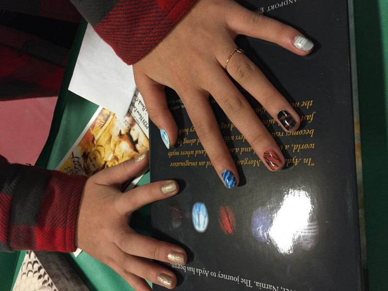 A fan shows off her new 5stones manicure.